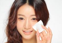 Sử dụng nước tẩy trang sai cách khiến da dễ bị lão hóa hơn